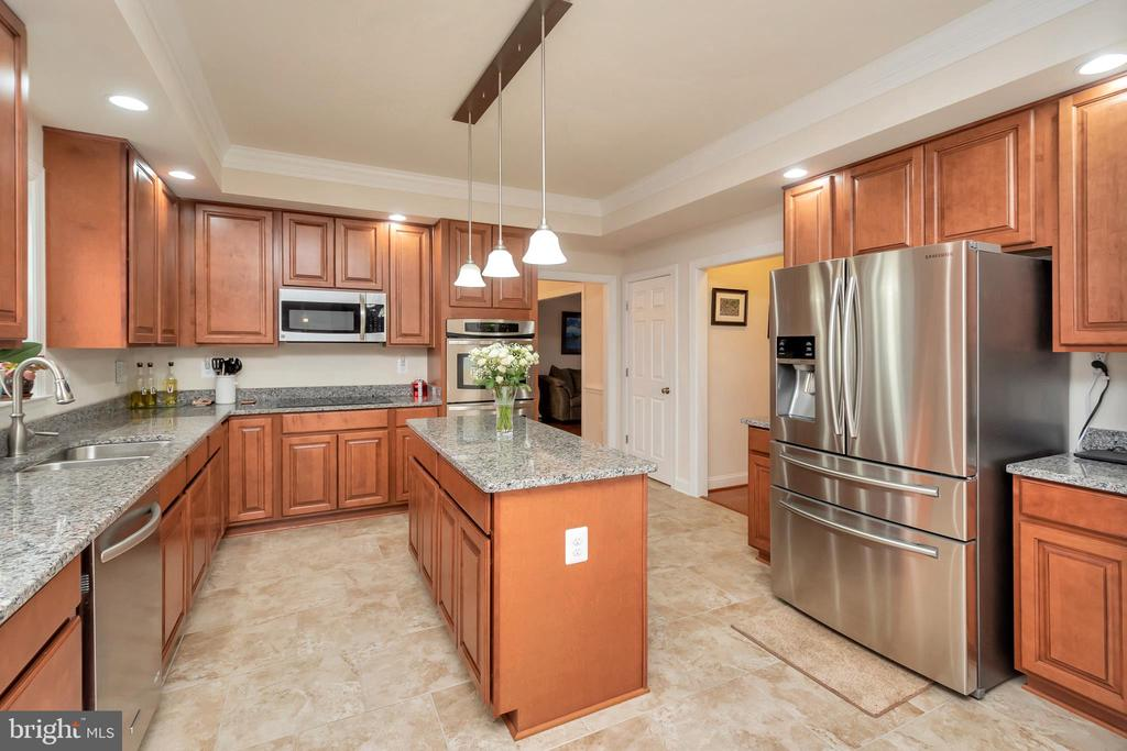 UPGRADED KITCHEN APPLIANCES - 90 RUBY GLEN LN, FREDERICKSBURG