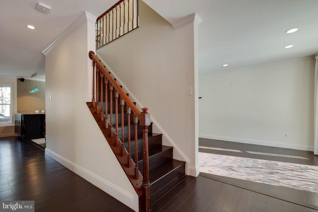 Foyer greets you with beautiful hardwood flooring - 549 DRUID HILL RD NE, VIENNA