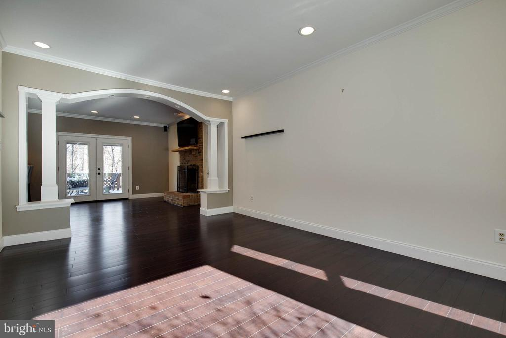 Dramatic architectural arch opens into family room - 549 DRUID HILL RD NE, VIENNA