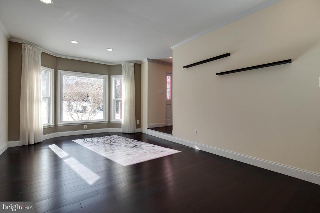 Living room has a bay window for so much light - 549 DRUID HILL RD NE, VIENNA