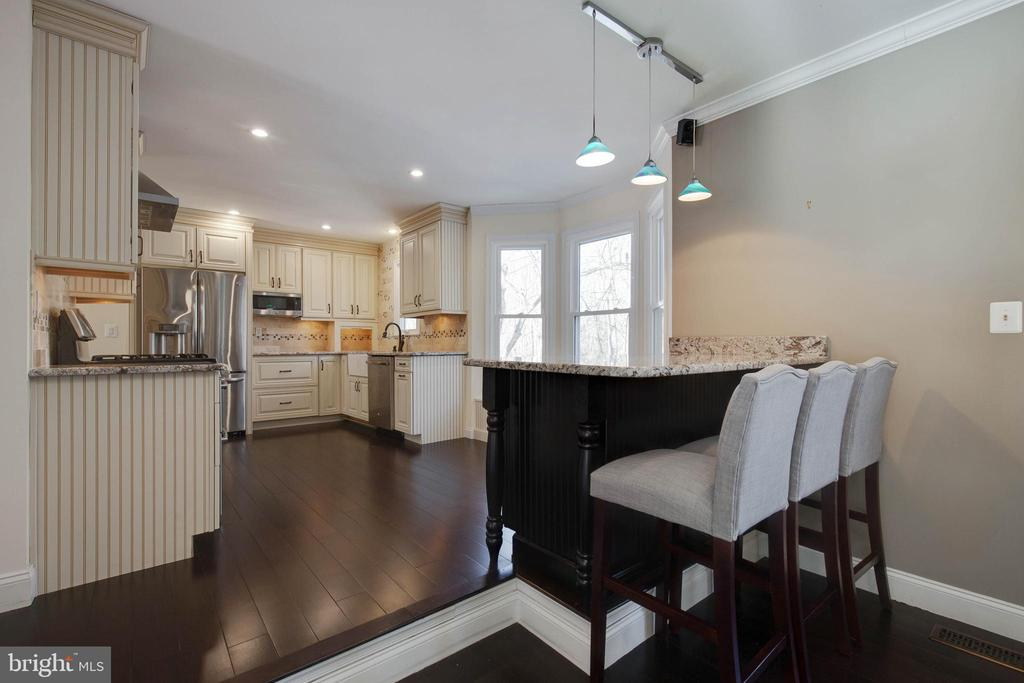 Renovated kitchen and bar is just beautiful! - 549 DRUID HILL RD NE, VIENNA