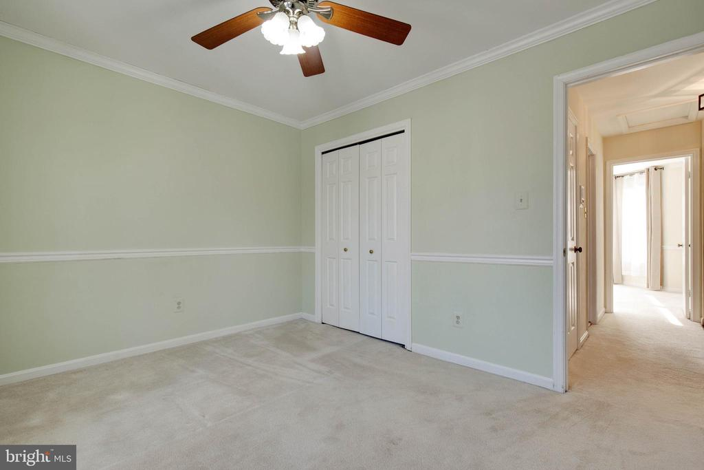 Another roomy upstairs bedroom with ceiling fan - 549 DRUID HILL RD NE, VIENNA