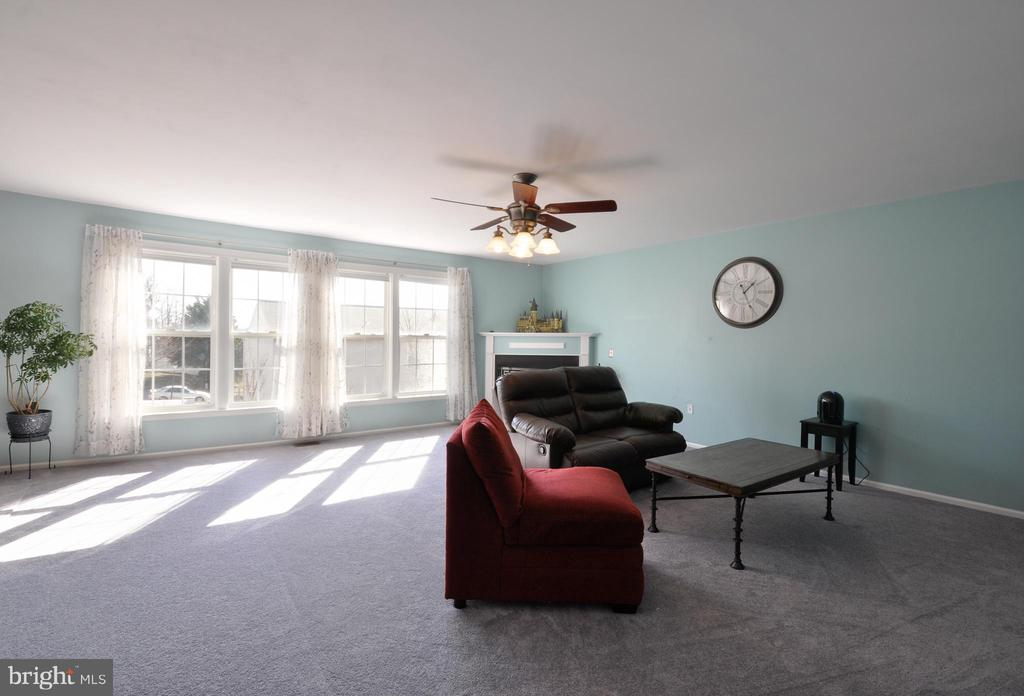 Spacious Family Room with wall of windows! - 6 GRANITE CT, FREDERICKSBURG