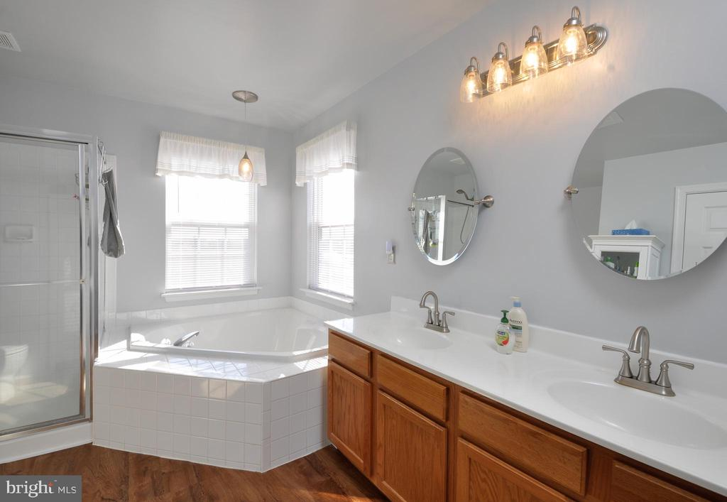 Light and bright updated Master Bath! - 6 GRANITE CT, FREDERICKSBURG