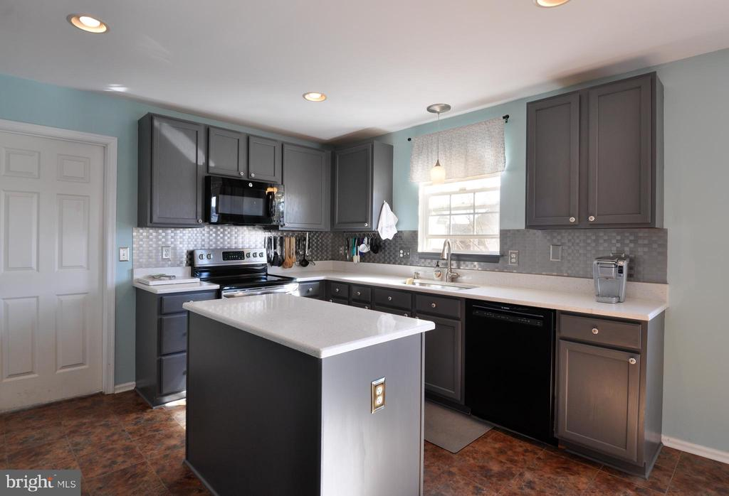 Quartz countertops in this updated kitchen! - 6 GRANITE CT, FREDERICKSBURG