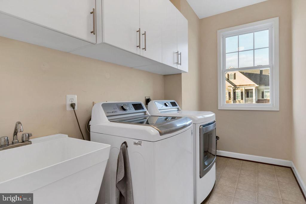 Upper level laundry room with sink - 42445 MEADOW SAGE DR, BRAMBLETON