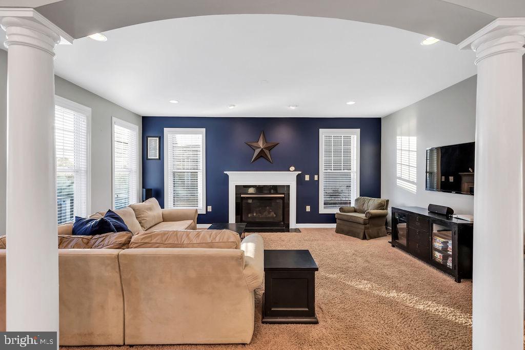 Sunny family room - 42445 MEADOW SAGE DR, BRAMBLETON