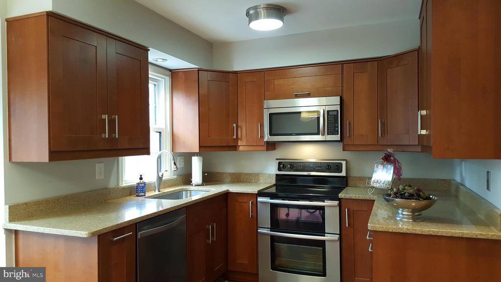 Kitchen with Custom Cabinets & 2 Lazy Susans - 7126 BRIDGEPORT CT, SPRINGFIELD
