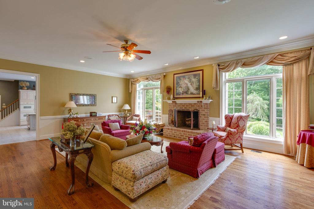 Impressive Family Room w/ lots of natural light - 12970 WYCKLAND DR, CLIFTON