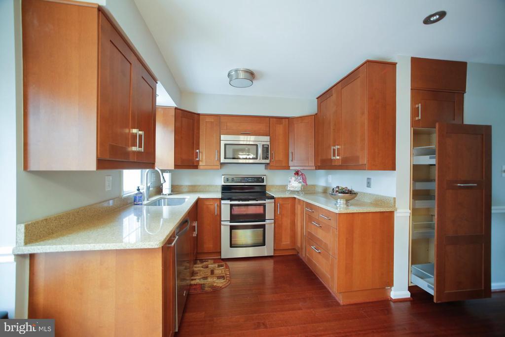 Custom Pantry Cabinets - 7126 BRIDGEPORT CT, SPRINGFIELD