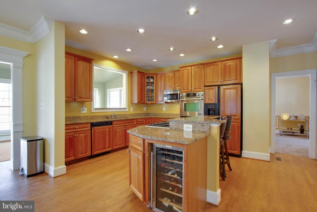 Wine cooler, recessed lighting, stainless steel - 3713 STONEWALL MANOR DR, TRIANGLE