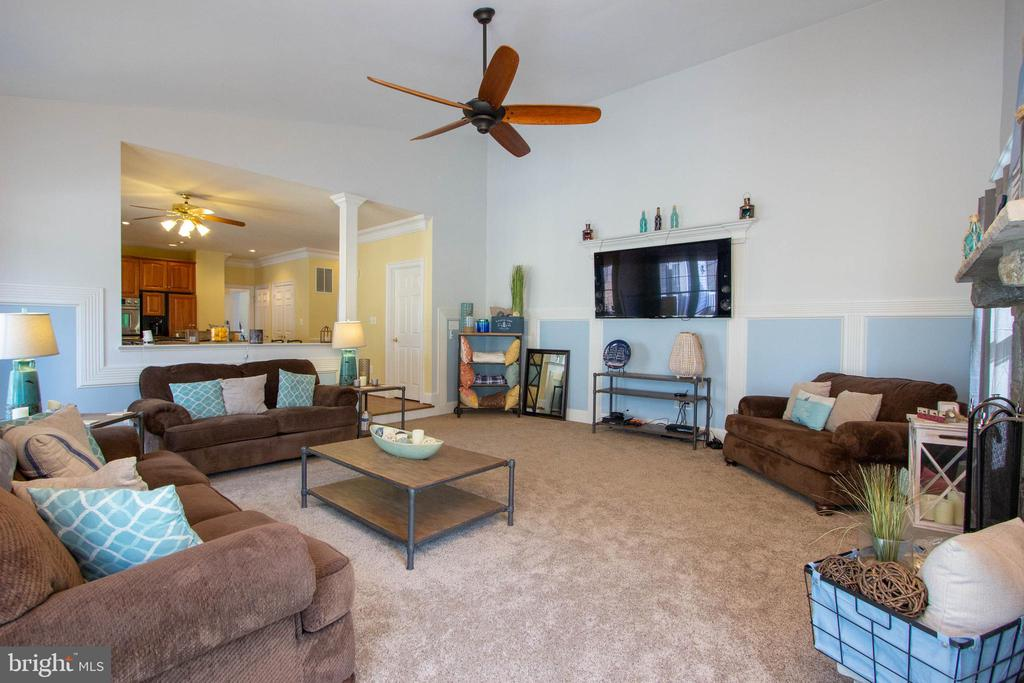Spacious family room with ceiling fan - 3713 STONEWALL MANOR DR, TRIANGLE