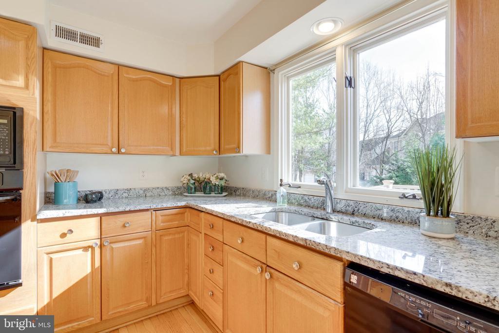 Beautiful Granite Counters - 8111 RIDGE CREEK WAY, SPRINGFIELD