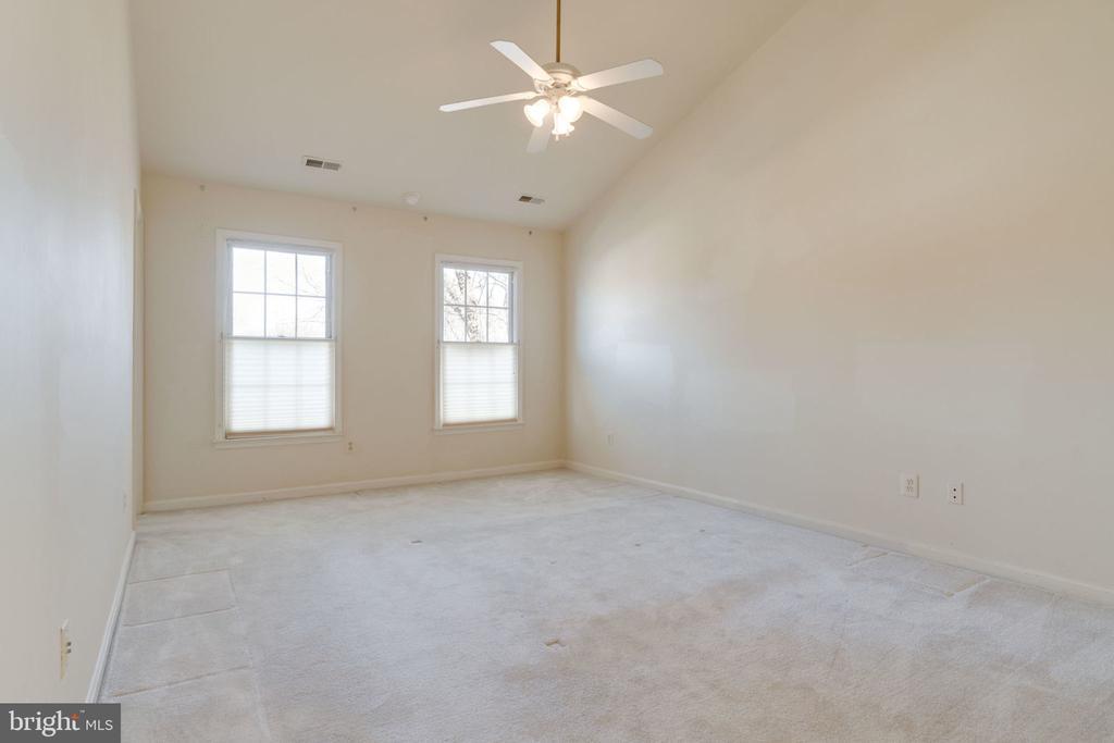 Large Master Bedroom w/Vaulted Ceilings - 8111 RIDGE CREEK WAY, SPRINGFIELD