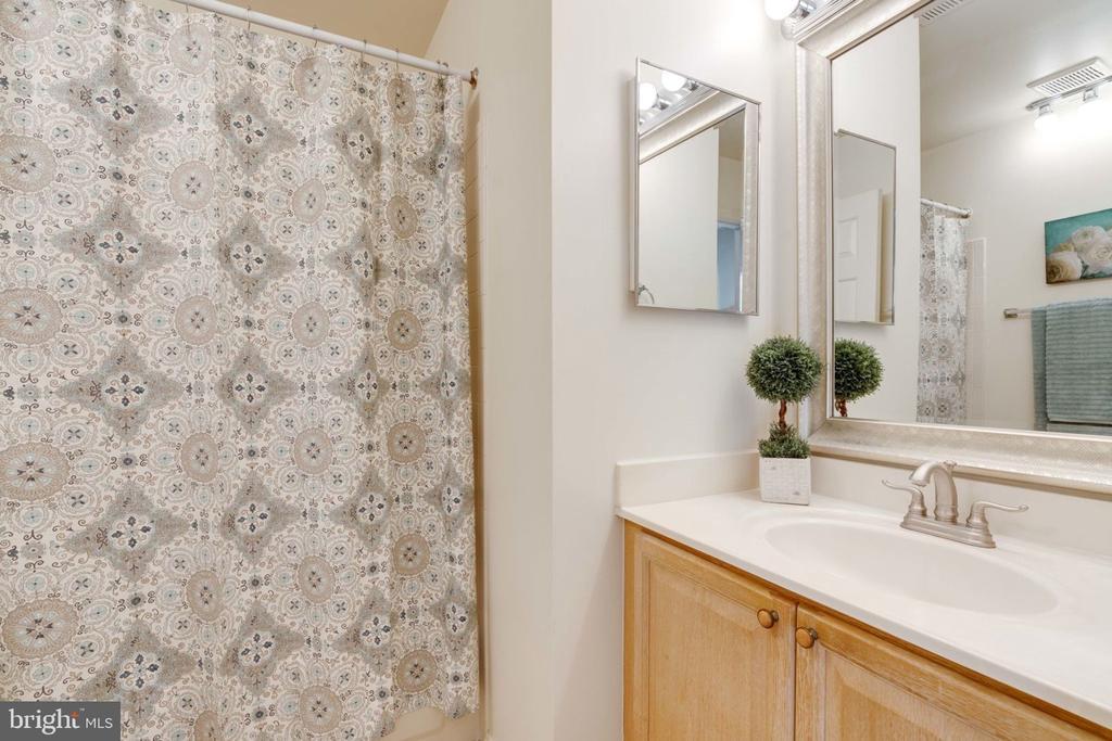 Upper Level Hall Bathroom - 8111 RIDGE CREEK WAY, SPRINGFIELD