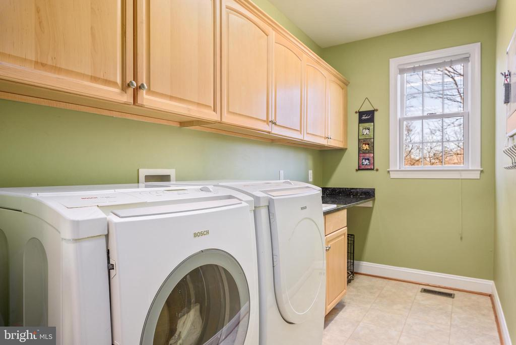 Large laundry room with ample storage - 19030 COTON FARM CT, LEESBURG