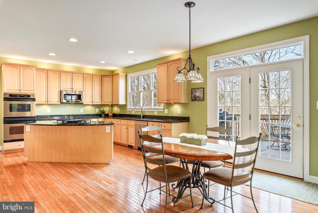 Hardwood floors throughout the open kitchen - 19030 COTON FARM CT, LEESBURG