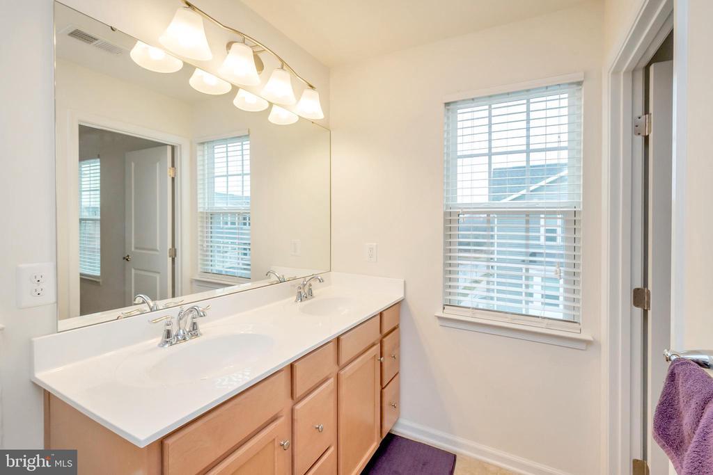 Master bath w/ double sinks! - 6534 LAFAYETTE AVE, BEALETON