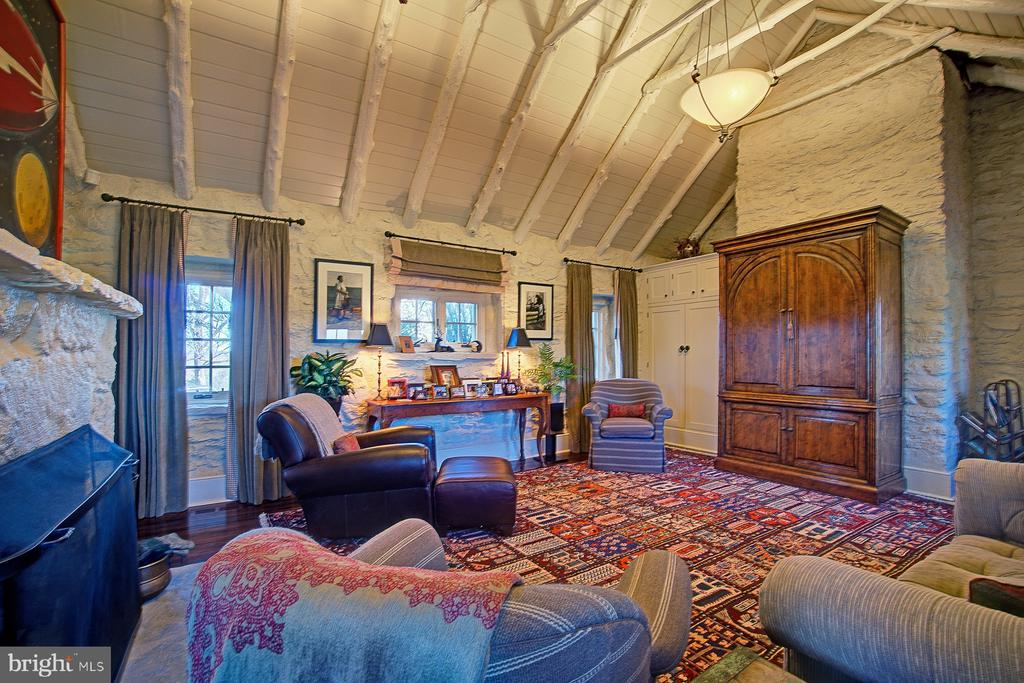 Family room with cedar beams and window frames - 22941 FOXCROFT RD, MIDDLEBURG