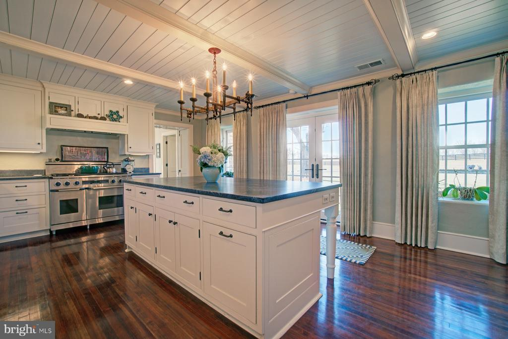 Professional grade natural gas range - 22941 FOXCROFT RD, MIDDLEBURG