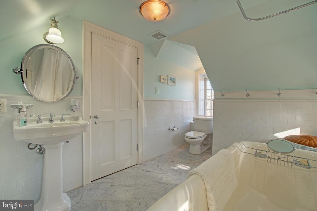 Third floor bathroom - spacious with tile floors - 22941 FOXCROFT RD, MIDDLEBURG