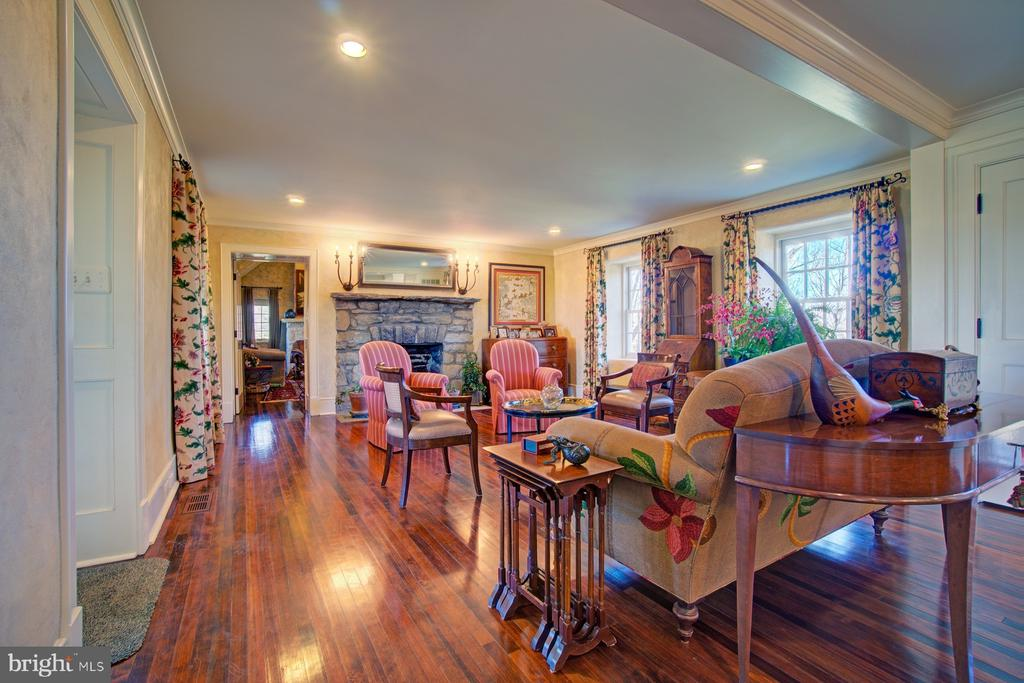 Formal sitting room with large stone fireplace - 22941 FOXCROFT RD, MIDDLEBURG