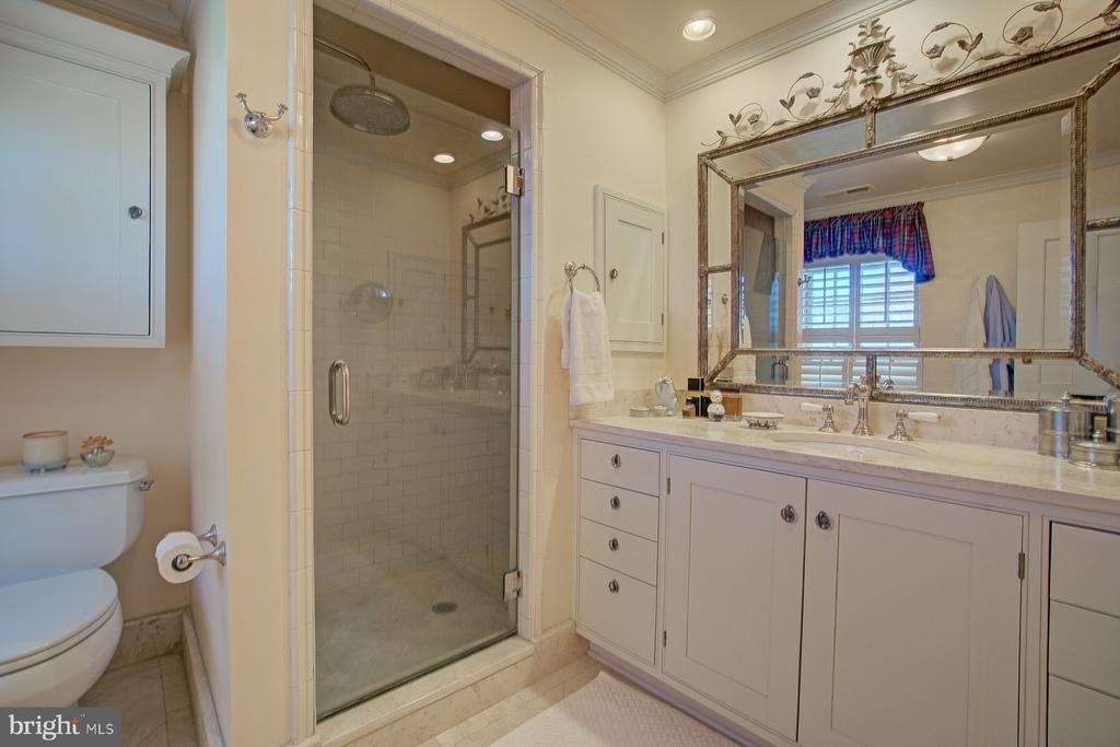 Master bathroom with subway tiles and large shower - 22941 FOXCROFT RD, MIDDLEBURG