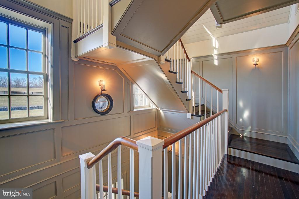 The staircase is a major feature of this house - 22941 FOXCROFT RD, MIDDLEBURG