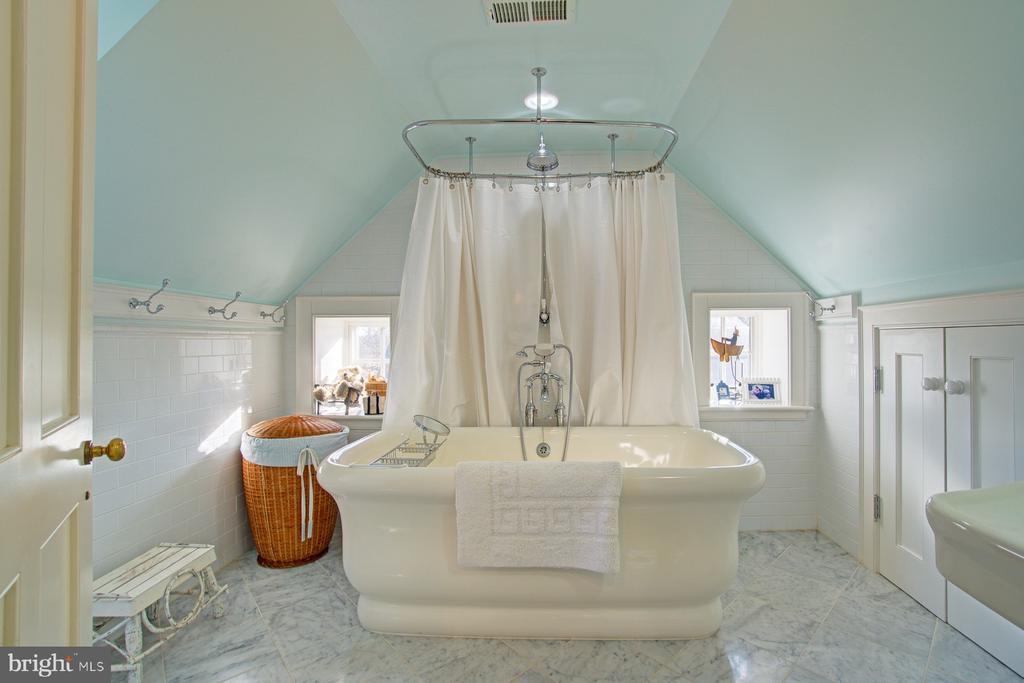 Third floor bathroom with step-in tub/shower - 22941 FOXCROFT RD, MIDDLEBURG