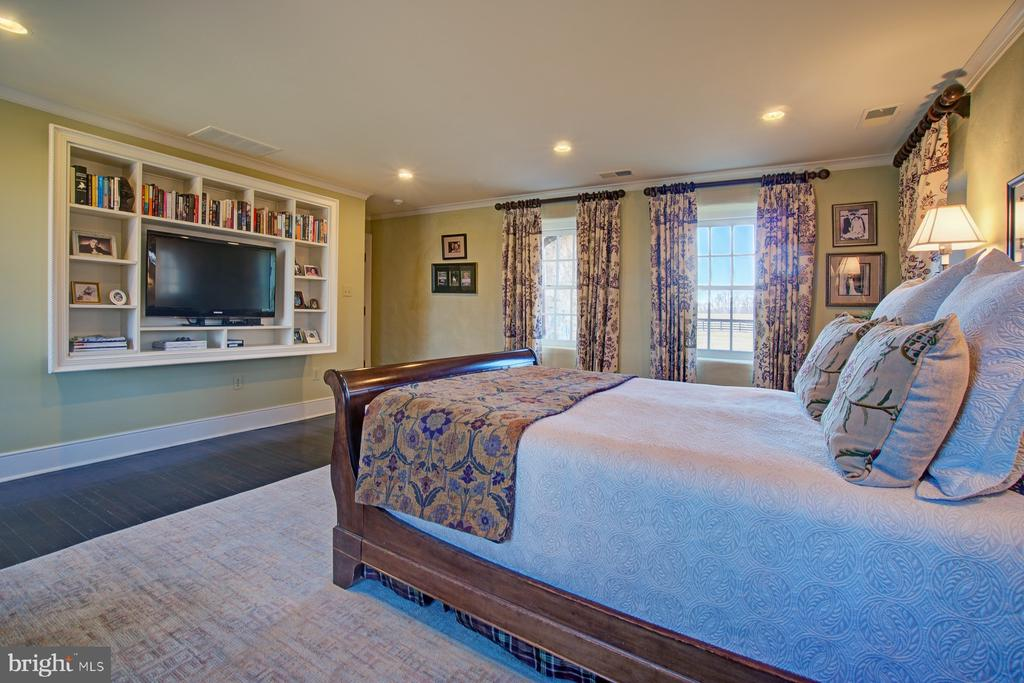 Master bedroom with built ins and hardwood floors - 22941 FOXCROFT RD, MIDDLEBURG
