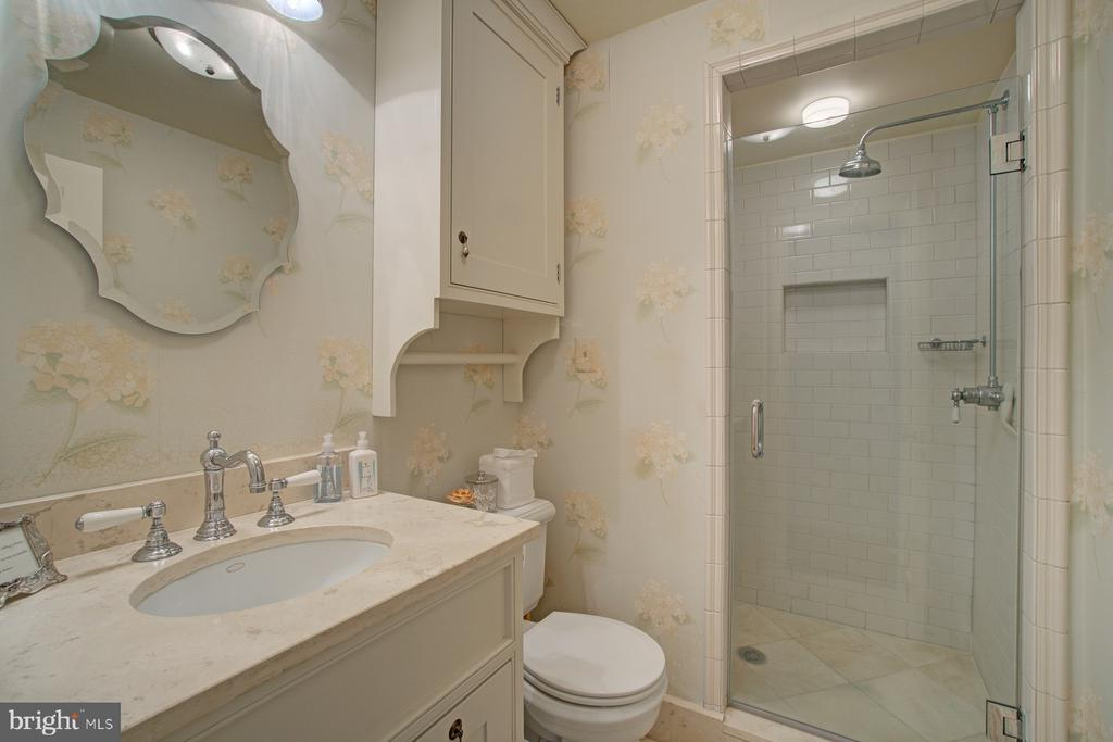 Guest bathroom with shower - 22941 FOXCROFT RD, MIDDLEBURG