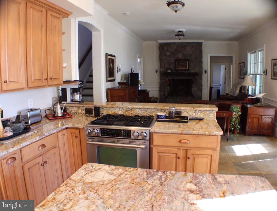 KITCHEN OPEN TO FAMILY ROOM - 20970 STEPTOE HILL RD, MIDDLEBURG