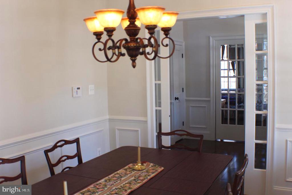 DINING ROOM WITH FRENCH POCKET DOORS - 20970 STEPTOE HILL RD, MIDDLEBURG