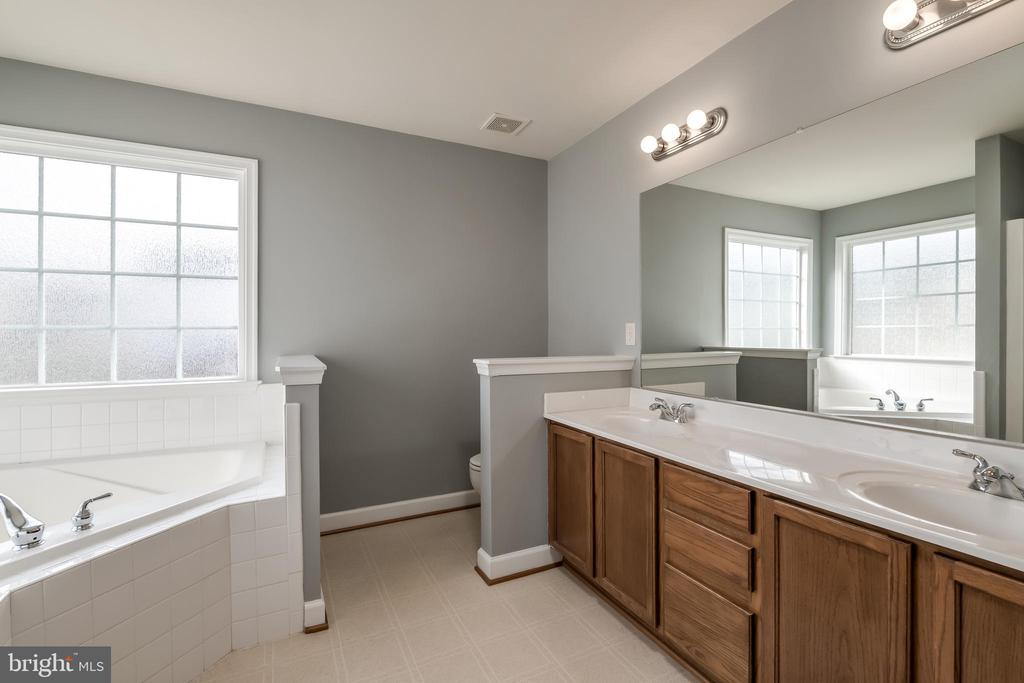 Double Sinks, Soaking Tub & Shower - 10405 ABERDEEN CT, FREDERICKSBURG