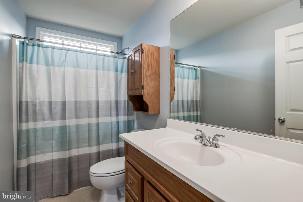Upper Level Full Bathroom - 10405 ABERDEEN CT, FREDERICKSBURG
