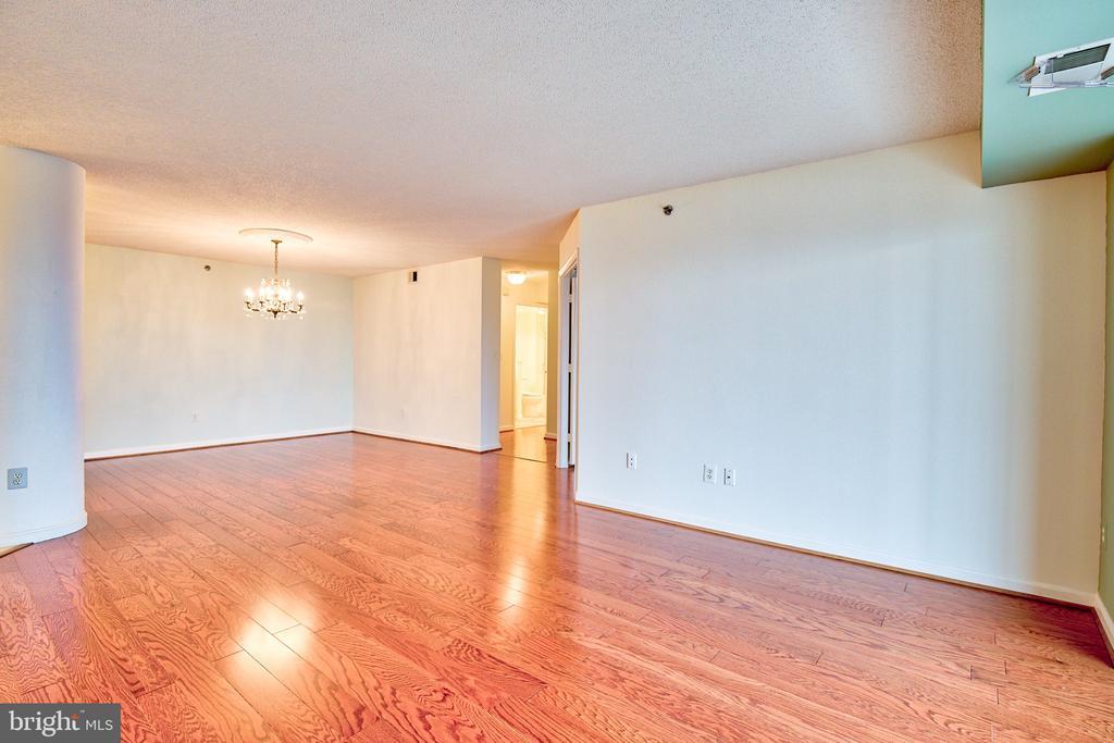 Hardwood flooring throughout - 19385 CYPRESS RIDGE TER #915, LEESBURG