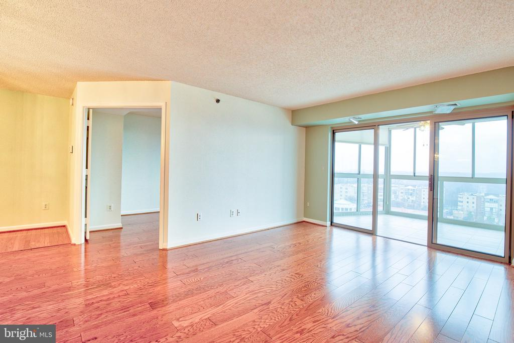 Family room with view of the Potomac River - 19385 CYPRESS RIDGE TER #915, LEESBURG