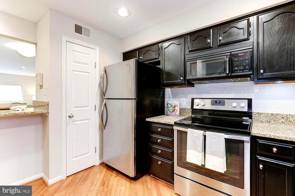 Stainless Steel Appliances (Frigidaire/Whirlpool) - 1460 PARK GARDEN LN, RESTON
