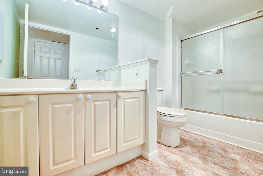 Full Bath with ceramic tile - 19385 CYPRESS RIDGE TER #915, LEESBURG