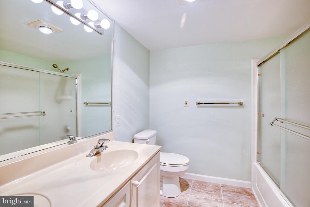 Master Bath with double vanity and tub - 19385 CYPRESS RIDGE TER #915, LEESBURG