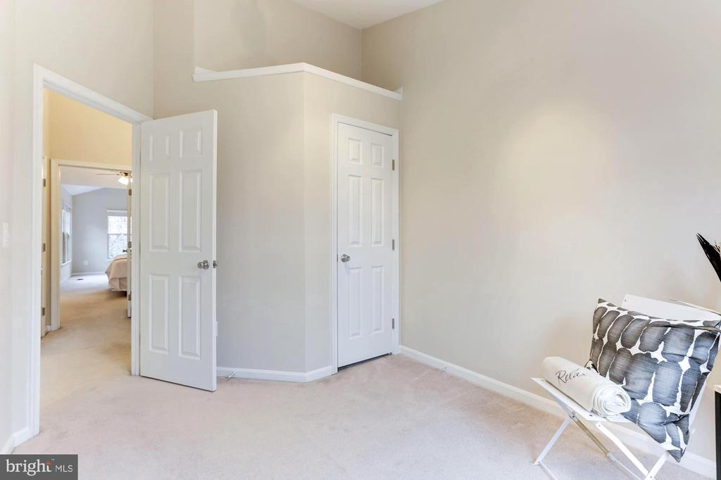 Bedroom 3 features vaulted ceiling, custom closet - 1460 PARK GARDEN LN, RESTON