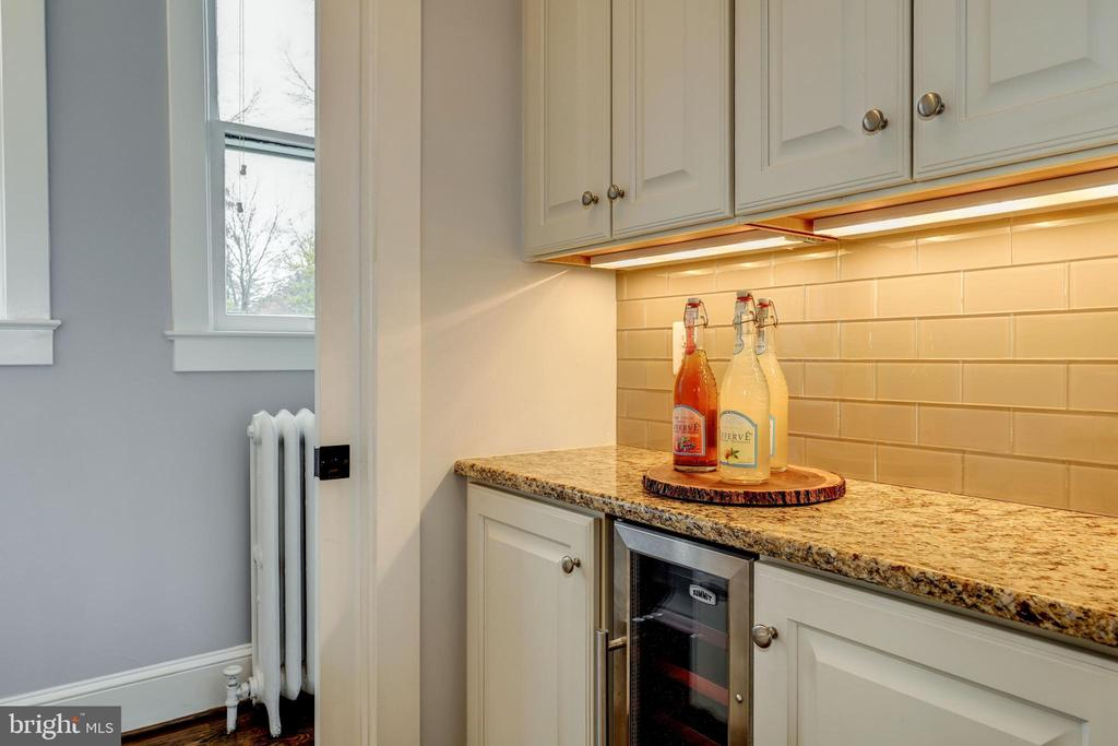 Butler's pantry with wine refrigerator - 300 N VIEW TER, ALEXANDRIA