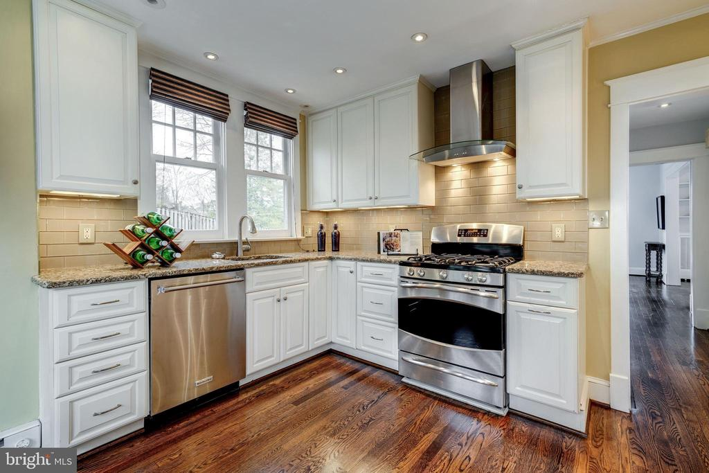 Renovated eat-in kitchen with new appliances - 300 N VIEW TER, ALEXANDRIA