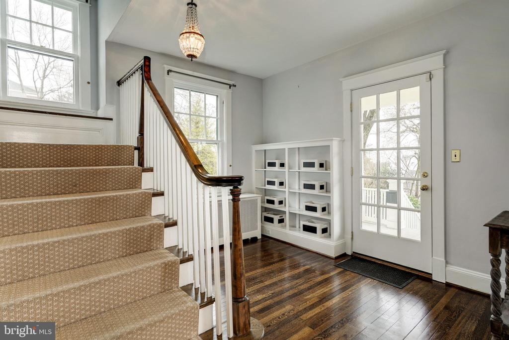 Inviting entry and sitting area at staircase - 300 N VIEW TER, ALEXANDRIA