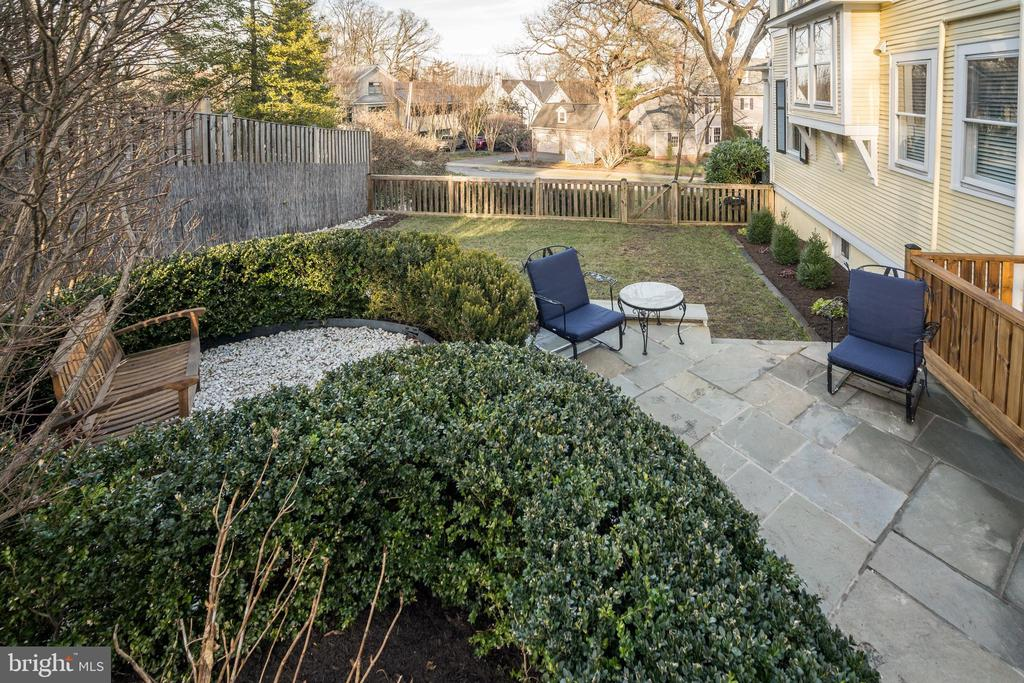 Relax on flagstone patio overlooking lush lawn - 300 N VIEW TER, ALEXANDRIA