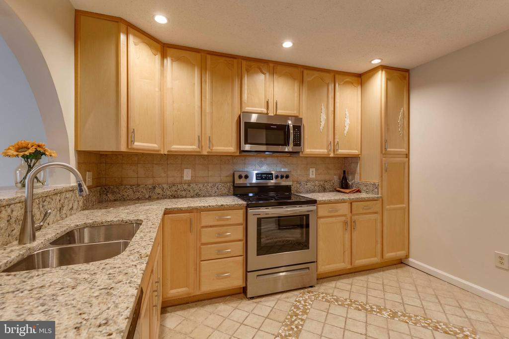 New granite in kitchen-new SS stove and  microwave - 1039 WARWICK CT, STERLING