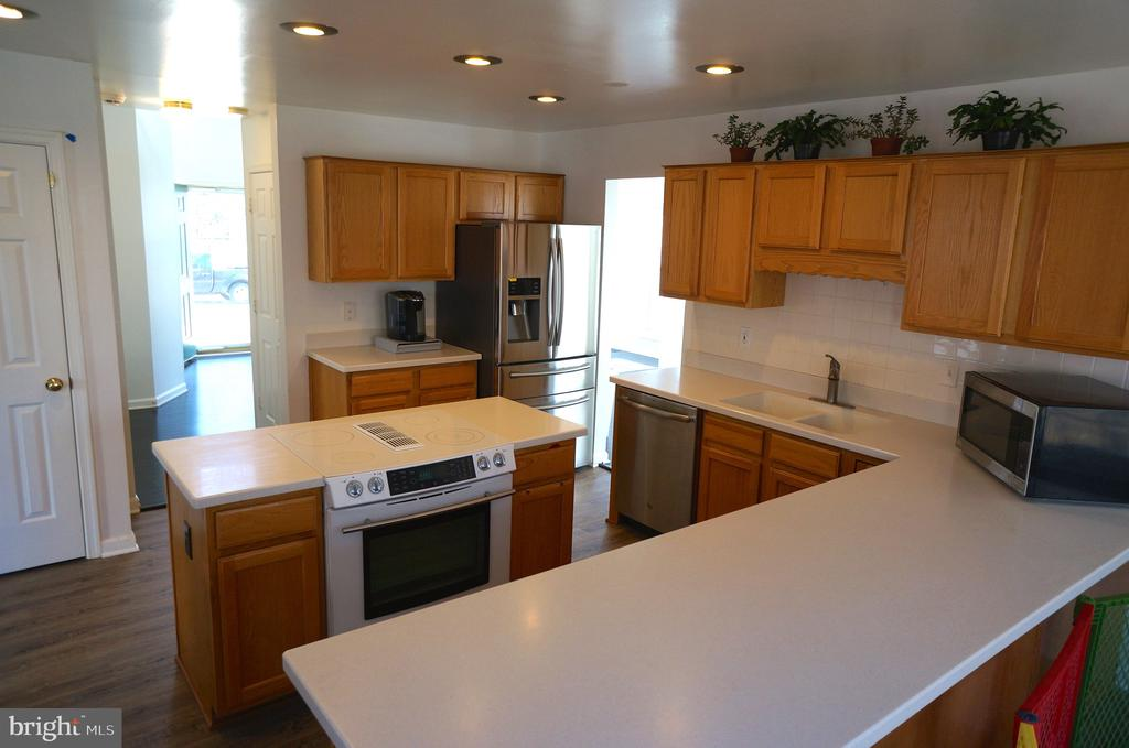 Solid Surface Countertops with Breakfast Bar - 22 LAKESIDE DR, STAFFORD