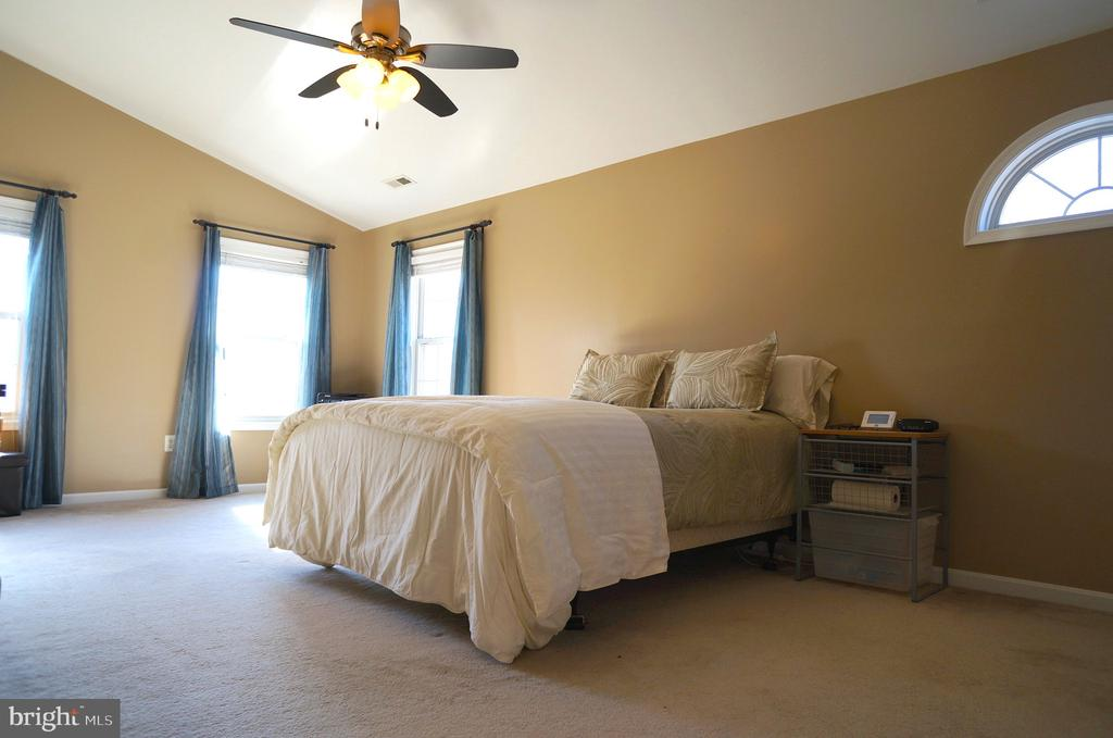 Owner's Bedroom with Cathedral Ceiling - 22 LAKESIDE DR, STAFFORD