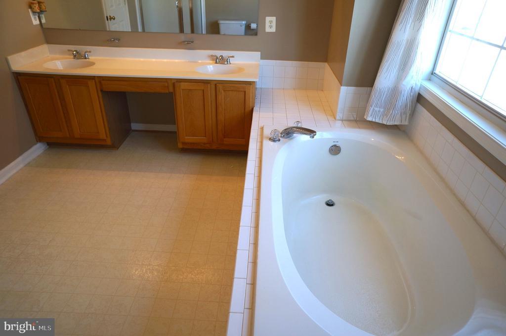 Flat Panel Oak Vanities with Dual Sinks & Storage - 22 LAKESIDE DR, STAFFORD
