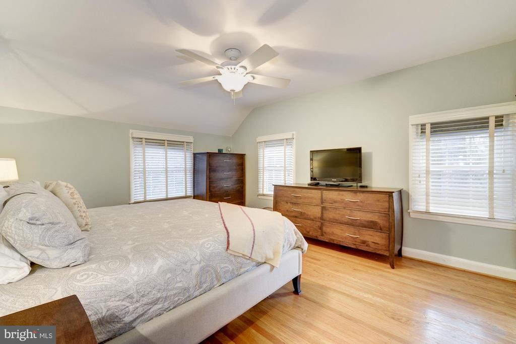 Large master bedroom w/ en suite bathroom - 5913 WELBORN DR, BETHESDA